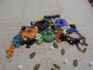 大きな薔薇の間をリボン刺繍で刺していきます。