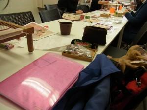 新宿校は6名の方が、一つのテーブルを囲んでビーズ刺繍を楽しんでいます。