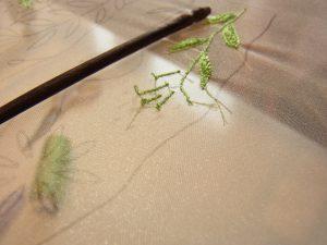 細い茎をアリワークで刺しています。