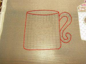 コーヒーカップの輪郭にジグザグを細かく刺しています。