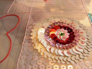 花形スパンコール、フラット型、カップ型スパンコールを円形に刺してあります。
