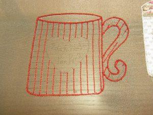 コーヒーカップの中の縦線に糸刺繍しています。