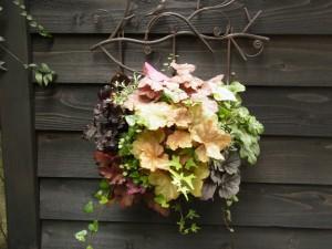 玄関の横に飾ってある生花のリースでお出迎えしてくれます。