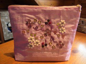 花模様が刺してあるポーチです。綿の花が可愛いです。