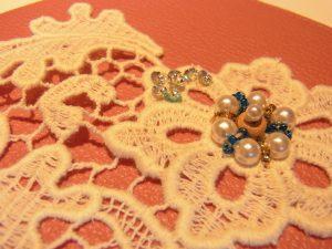 綿ブレイドの花の部分です。スパンコール、パール、ビーズ、モールが刺してあります。