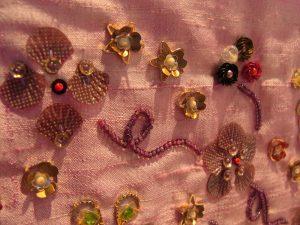 ハート、星、花型スパンコールなどが刺してあります。