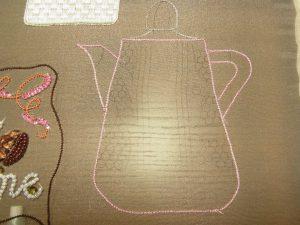 縦長のコーヒーポットです。輪郭を糸刺繍しています。