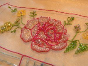糸刺繍とビーズで 可愛いバラのお花が完成です。