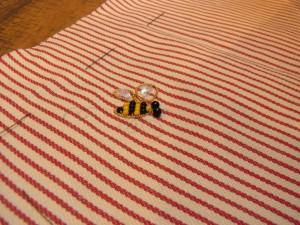 ツイストワイヤーをクルッとまるめて小さい蜂を作りました。中にビーズとスパンコールをさしています。