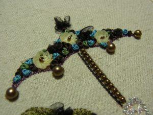 キュートなパコ型の傘にスパンコールとリボンで刺繍をしています。