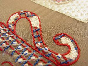 持ち手部分のハート模様に糸刺繍します。