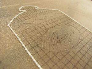 細かく均等な針の幅で、糸刺繍をした上にジグザグを刺します。