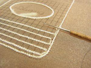シュガーポットの糸刺繍する印を刺しています。