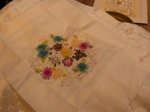 カラフルなお花の刺繍が完成したので、トートバックに仕立てていきます。