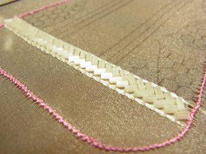 竹ビーズの両側に糸刺繍をします。