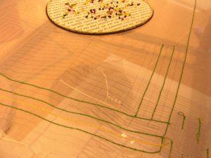 縦横に糸刺繍をしています。