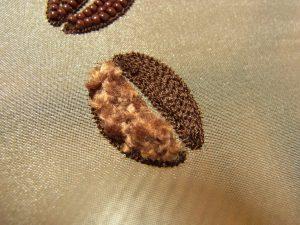 糸刺繍とモールで刺した豆が完成です。