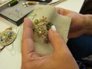 レーヨン糸で茎を刺しています。蜂や花が刺してあります。