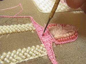 レーヨン糸で刺した上に、縦方向に糸刺繍します。