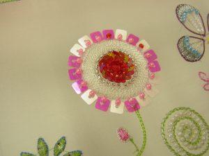 アリワークで刺した円形の花です。
