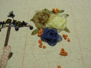 薔薇を刺した周りに、リボン刺繍でナッツステッチを刺していきます。