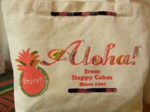 アルファベットとパイナップルに、スパンコールが刺繍されています。