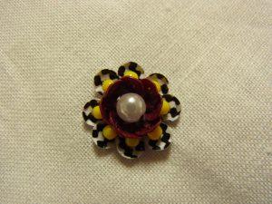 中心がパールです。8枚花びらの円形の花です。