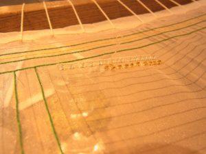 アリワークで竹ビーズを縦1列に刺しています。