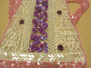 ポットに挿してある亀甲の刺繍が浮き出ています。