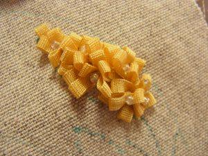 リボンで作った花にビーズが沢山刺してあります。