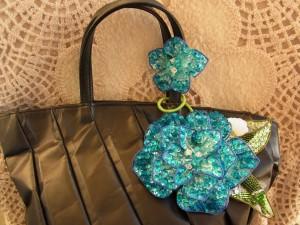 3枚のパーツを組み合わせて作った、ブルーの大きい花と、小さい花がつながっていチャームです。バックの持ち手に巻き付けて使います。