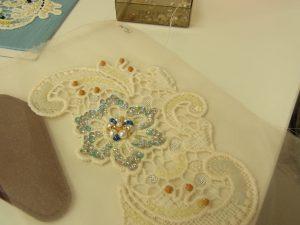 花模様の綿ブレイドです。模様の上にスパンコールとビーズが刺してあります。