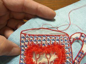 ポリエステル1本取りで、周りを細かく縫い止めます。