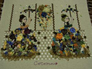 お花畑のドレスを着た女性2人が、お花畑の傘をさし並んで立っています。