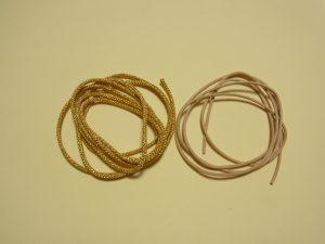 ゴールドの紐と革ひもです。