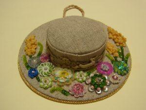 帽子型のポプリができました。つばの部分はスパンコールやビーズで刺した、沢山のお花があります。
