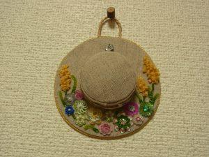 お花が沢山刺してある帽子型のポプリです。