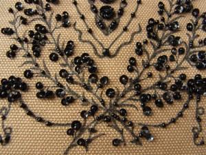 帆布に描いた小花模様にビーズとスパンコールで刺しています。