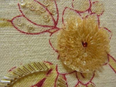 本体の花柄模様に、幾重にも刺して完成させたボリュームのある花。