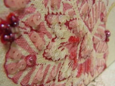 蓋と重ならないように注意し、本体にある大きくて華やかな花に刺繍をします。