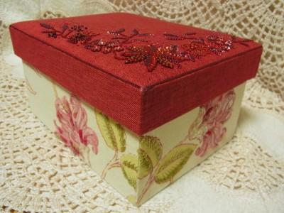 赤い蓋のサイドと、本体の花模様全体に刺繍をしています。
