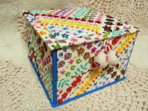 花模様がポップな生地で作った2段箱です。