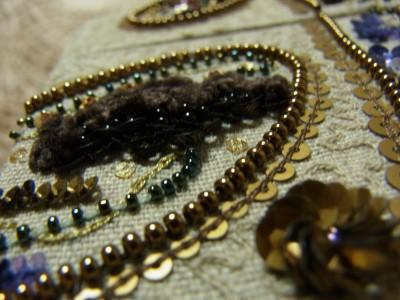 全体に大小のペイズリー柄が刺繍してあります。ペイズリーの中に、ふわふわのモールとスパンコール、ビーズ作った花が刺繍してあります。