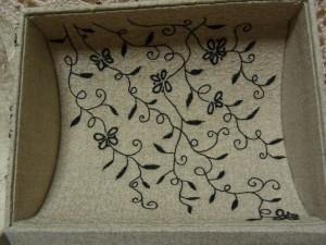 蓋の内側にパニ刺繍をし、その上に黒の花模様が刺しあります。