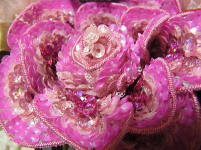 4種類のスパンコールで刺し埋めたピンクの花。
