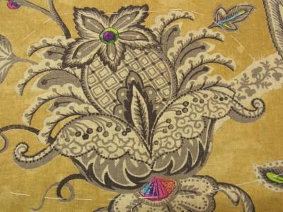 生徒さんからオーダーをいただいた生地の紹介です。茶の生地にグレーの大きな花があります。
