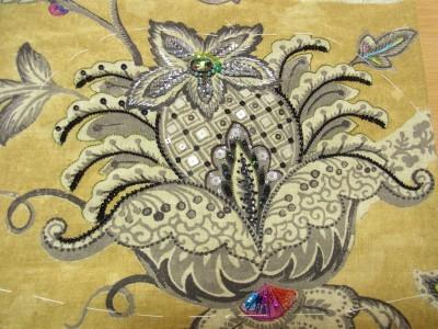 大きなグレーの花にビーズ、スパンコール、モールを使って刺繍をしています。