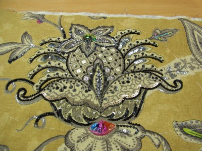 刺繍をした全体のアップ。いちばん上の花部分がキラキラと華やかです。