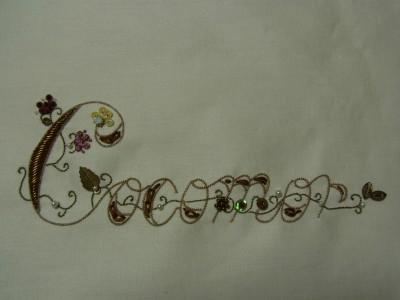 cocomorの字体のところに、ビーズとスパンコールを使って花を飾っています。モールも飾りました。