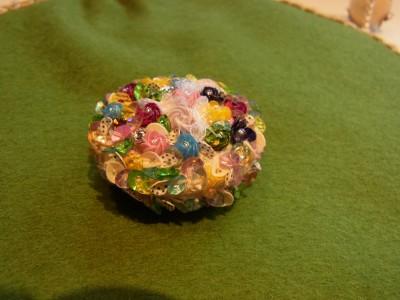 花玉のストラップの完成。パステル系の小さいスパンコールを使い、花を作って埋め尽くしています。